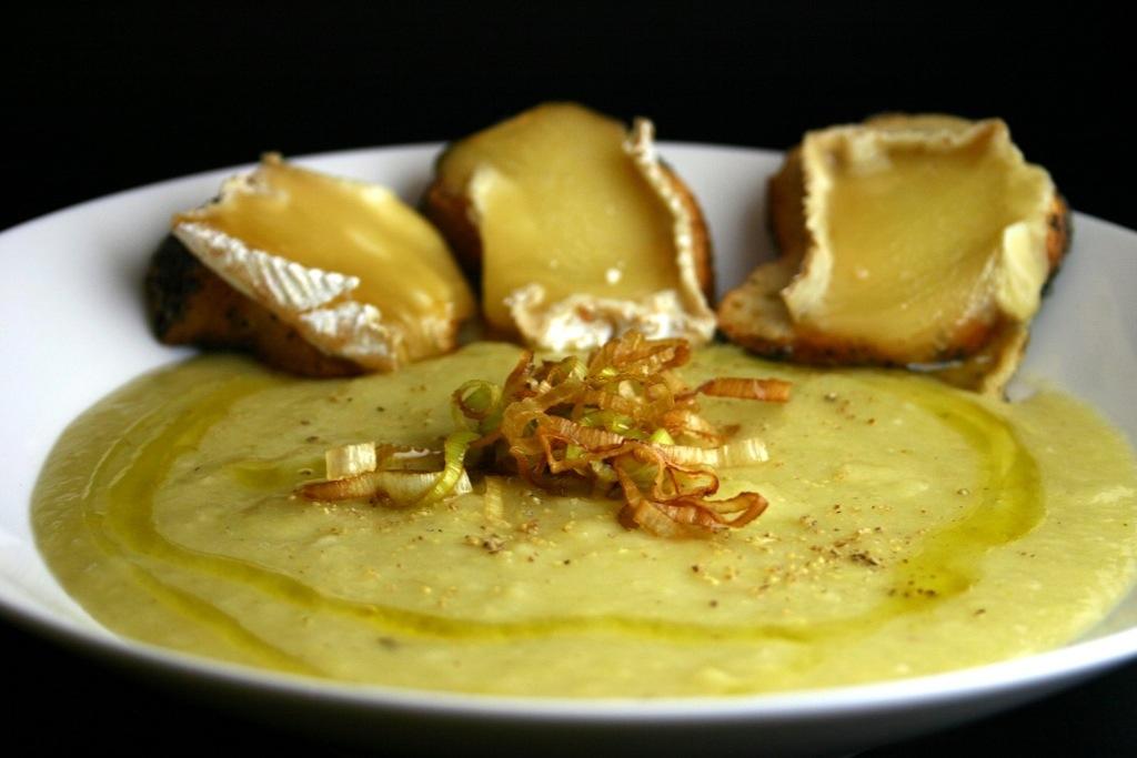 Crema di porri e patate con crostini al brie