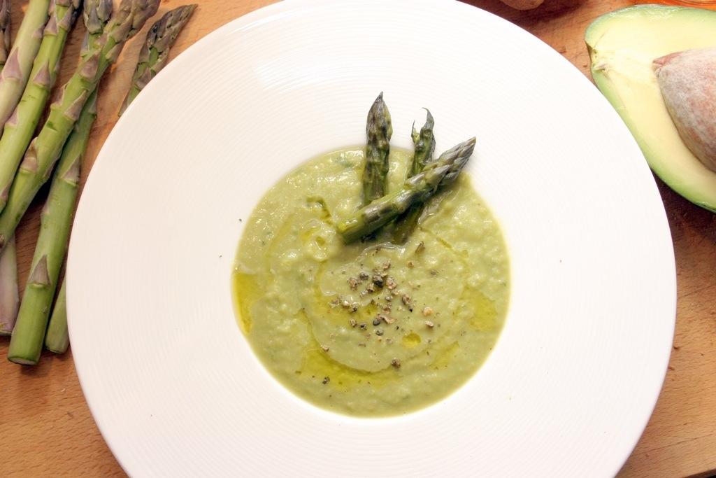 Vellutata di asparagi, avocado e pepe verde