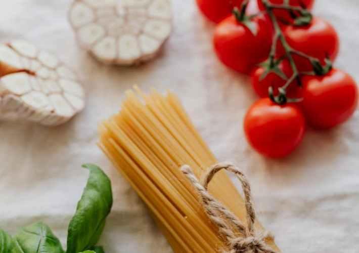 gli ingredienti base della pasta con l'aglio al forno
