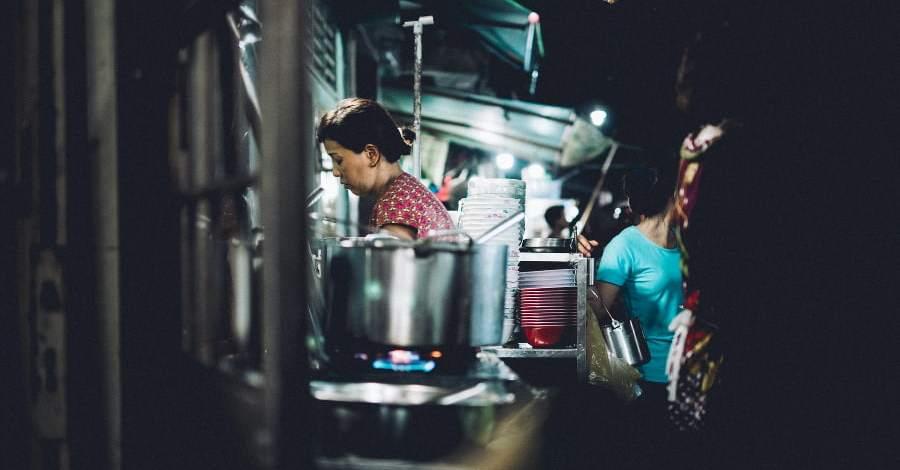 cucinare con amore: una donna che prepara