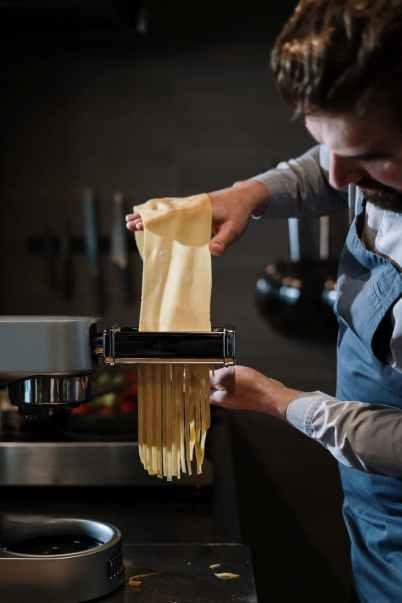 come fare la pasta all'uovo fresca: passare la sfoglia