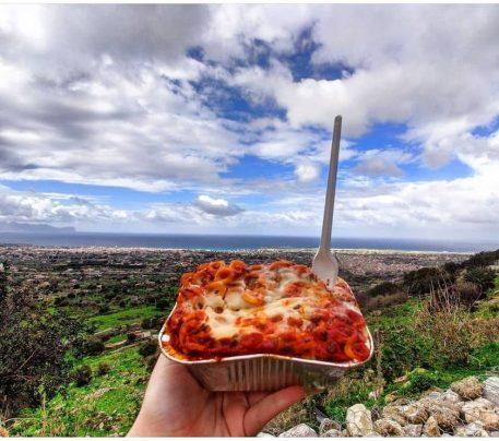 La ricetta della pasta al forno: anelletti mostrati a Capaci, Palermo
