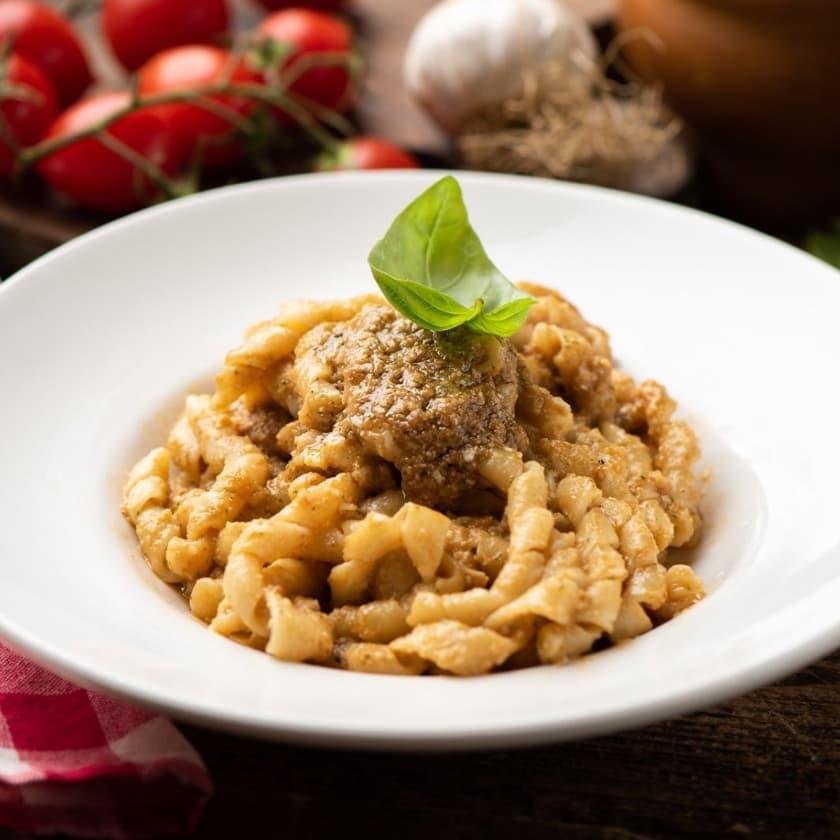 Cosa mangiare a Trapani: busiate al pesto trapanese