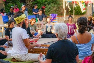 Laboratorio di yoga in piazza a Belmonte Calabro