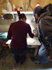 Impasto del pane con samuele durante il simposio