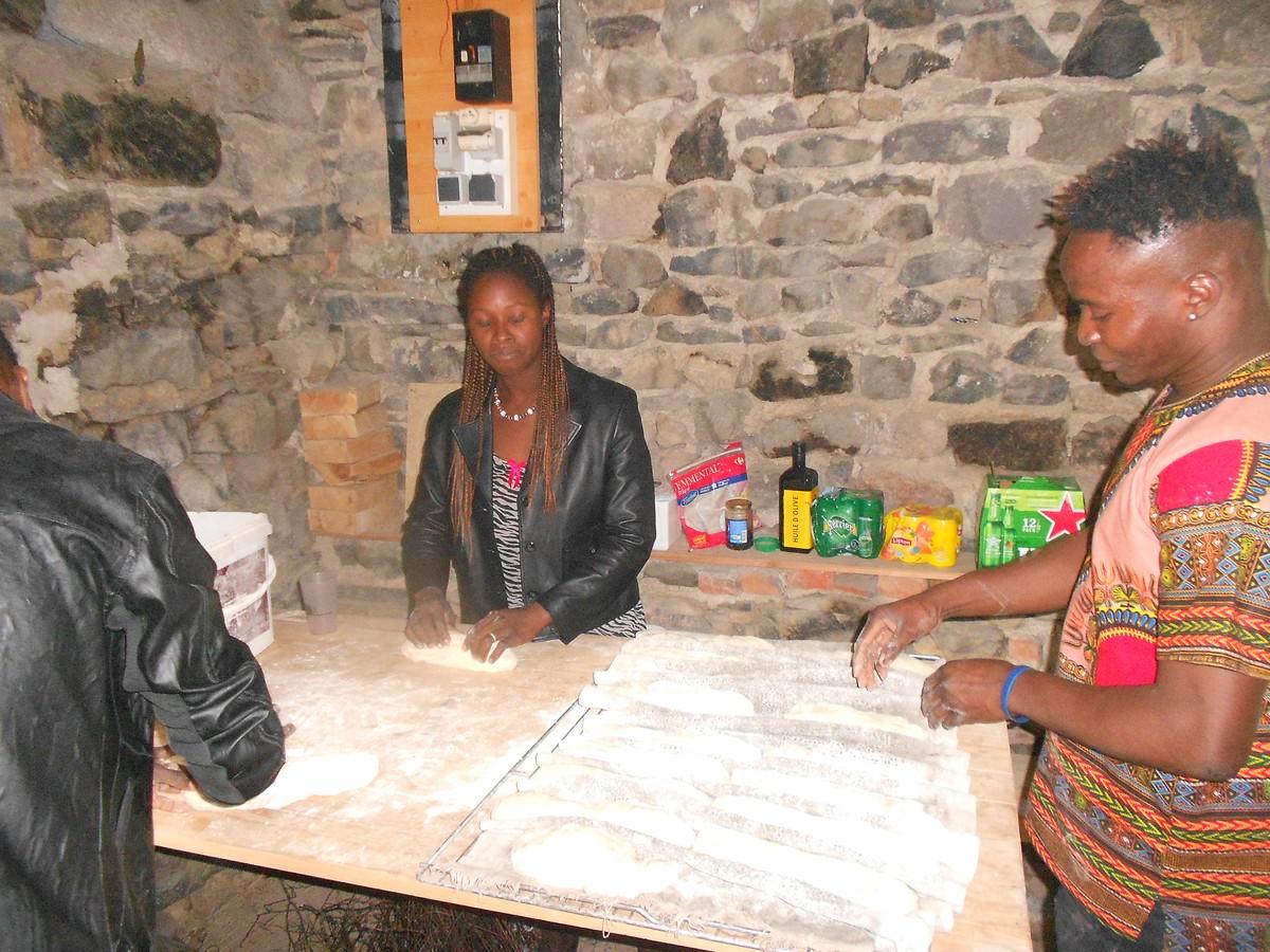 Les apprentis préparent la cuisson