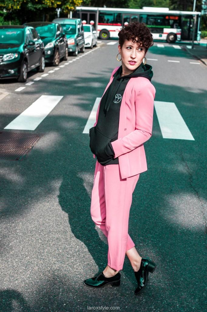 idees looks tailleur pantalon rose et sweat a capuche - blogueuse lyon