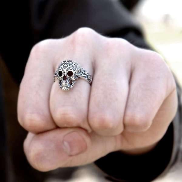 Серебряный перстень Череп Гибискус на руке