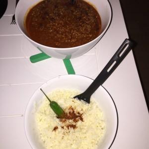 Chili con carne med blomkålsris, røde bønner, frisk chili, løg, flåede tomater og oksekød.