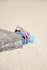 Wall, Sand, Downunder, Street Photography, Photo Book, Lars Hübner, Fotograf, Australia, Reportage, Visual Storytelling, Reportage, Woman hiding from Sun, Beach, Pastell,