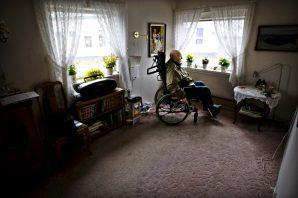98 år gamle Hans Næssa fikk ikke beholde plassen på Solås Bo- og rehabiliteringssenter på Ålgård, og måtte derfor flytte hjem til seg selv.