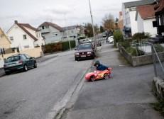 Treårsdag og splitter ny elektrisk Lynet McQueen som må prøves på veien. Andreas må bare sjekke om kysten er klar før han kjører ut av oppkjørselen.