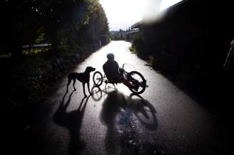Under en sykkelulykke ble Anthony Nordbø lam fra livet og ned. Men til tross for sin sterkt nedsatte bevegelsesevne har han deltatt i triathlon og trener daglig sammen med sin trofaste treningspartner; hunden Stella.
