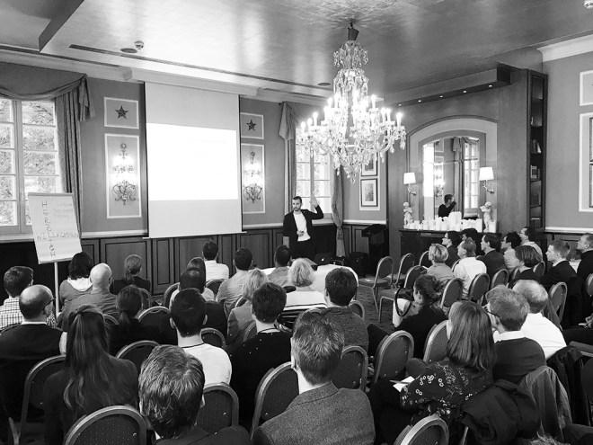 Kundengewninnung Vortrag in der Wolkenbrug Köln. Lars Strempel und Teilnehmer im Workshop