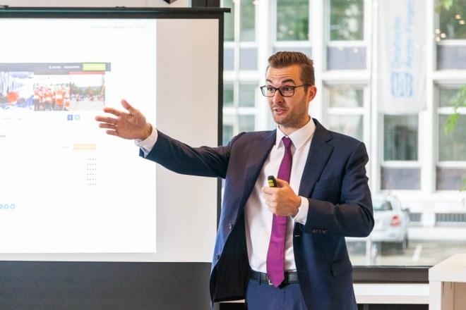 Bild einer Vortrags zum Thema Fachkräfteüberschuss mit lars Strmepel in den Räumen der IHK Köln