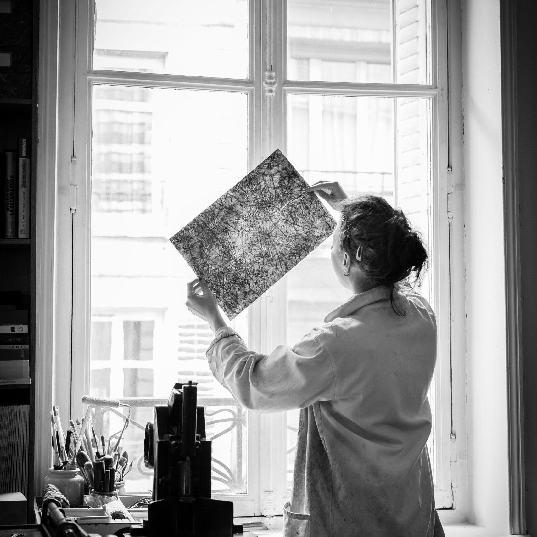 """Camille dans son atelier de Reliure d'Art """"L'Arbre à Pages"""""""
