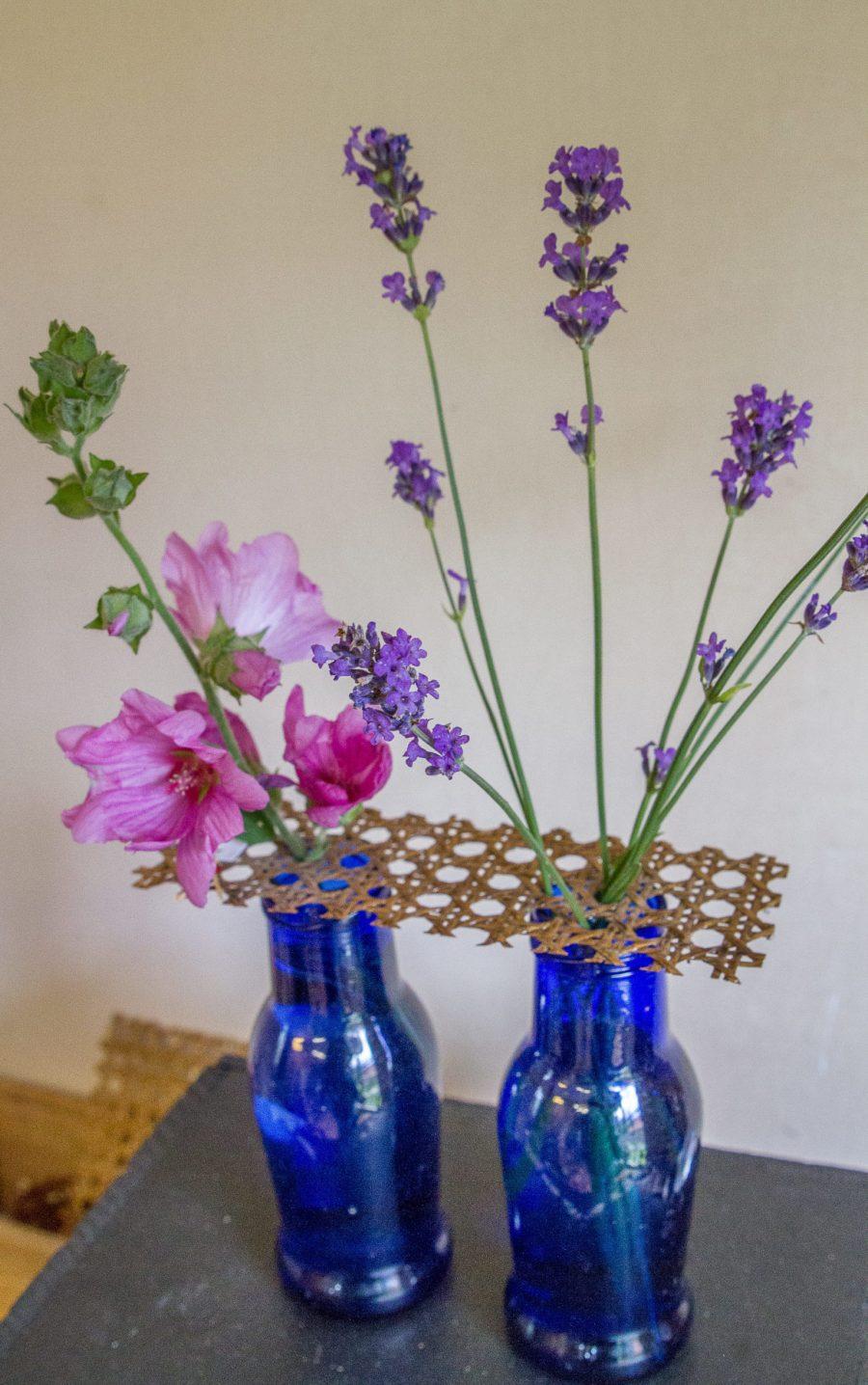 pique-fleurs rectangulaire sur 2 vases