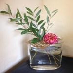 pique-fleurs carré en rotin teinté