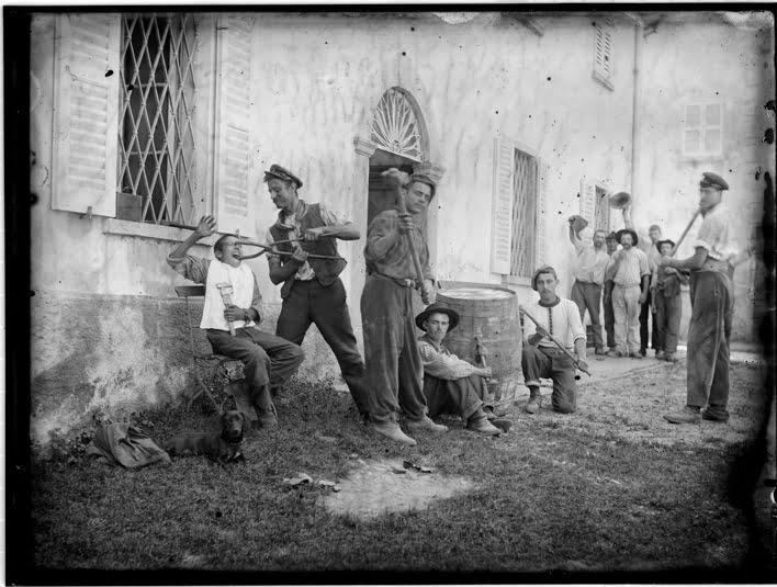 Roberto Donetta, Scène apprêtée ; groupe d'hommes devant un bâtiment, 1900-1932/1993. Courtesy