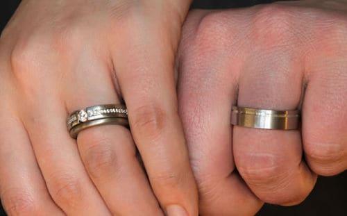 Perdió su anillo de bodas en el mar y lo halló cinco meses después en el lugar menos pensado