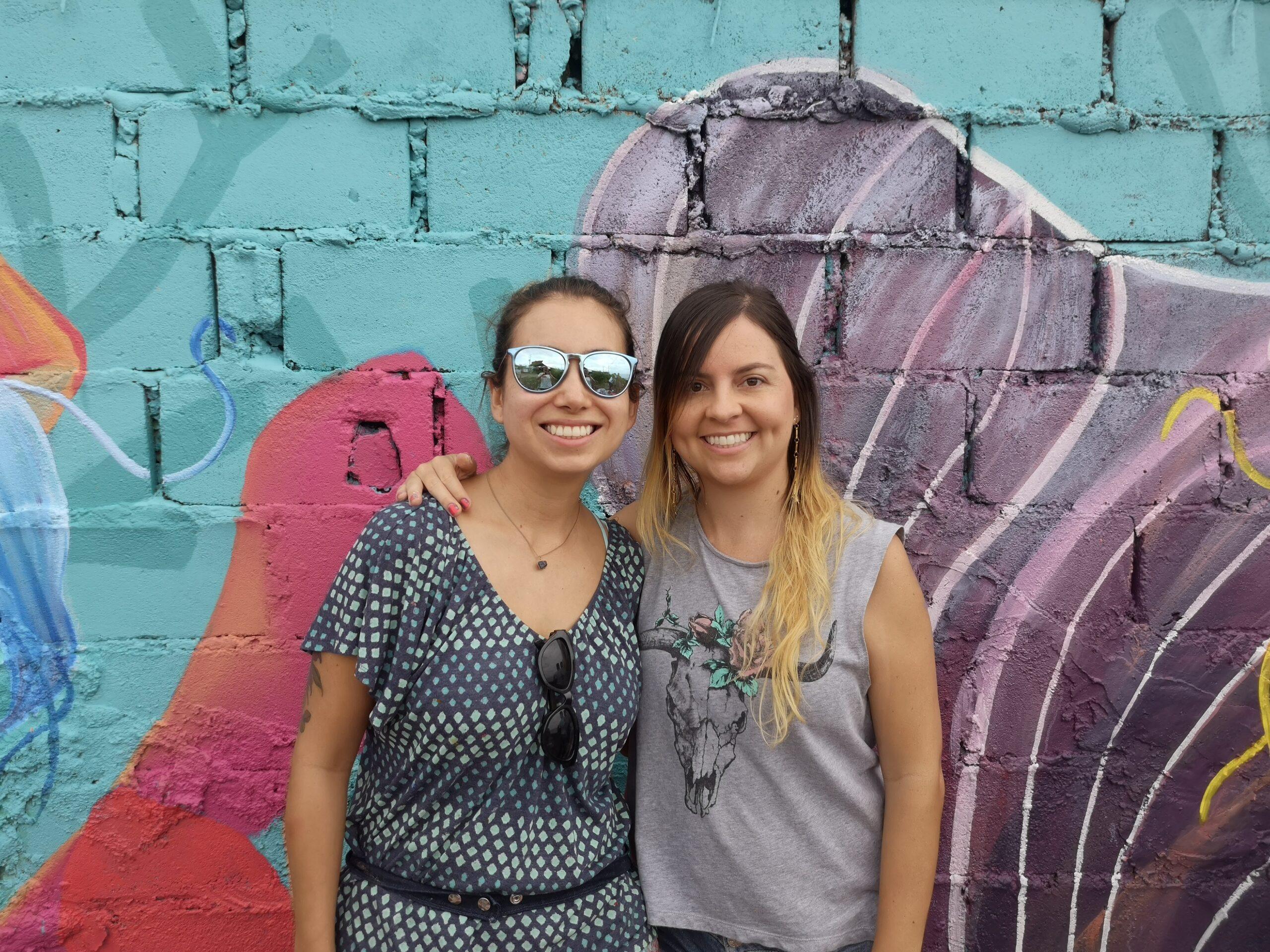 Foto Caro y Sara en el mural