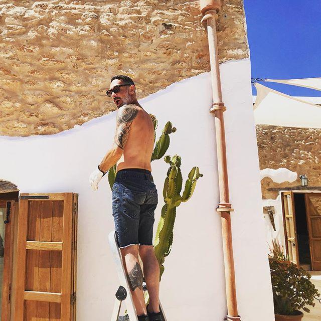 🌵Our Cactus getting groomed with love by JDW 👨🌾🌵 #cactus #tlc #candelabracactus #everythingtreatedwithlove #mediterranean #garden #ibiza #boutiquevilla #lascicadasibiza