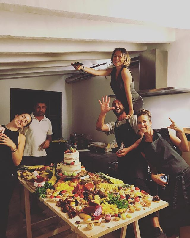 || Catering Team @margge in our industrial kitchen || #lascicadasibiza #catering #privateevents #dessertdream 🙌🏼🍍🍓🔪 🍰
