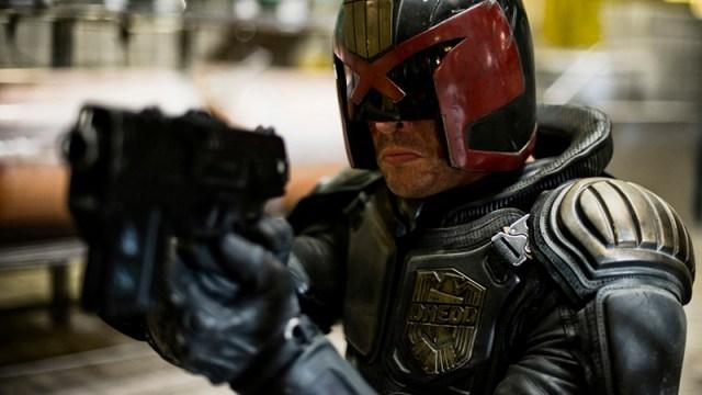 Karl Urban como el Juez Dredd (Dredd, 2012).