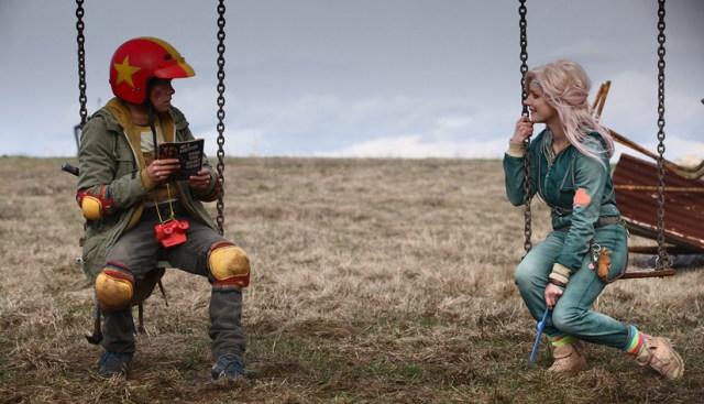 Munro Chambers (Kid) y Laurence Leboeuf (Apple) en una escena de la película de Turbo Kid.