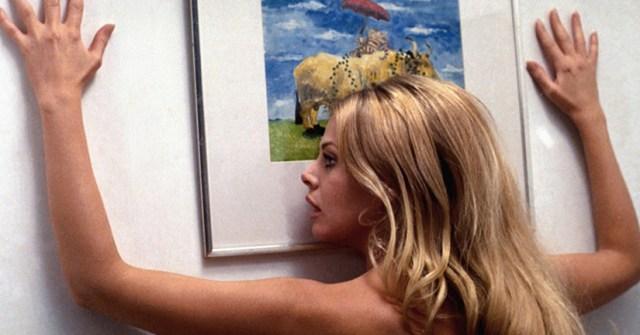 Willow (Britt Ekland) en un baile muy sensual.