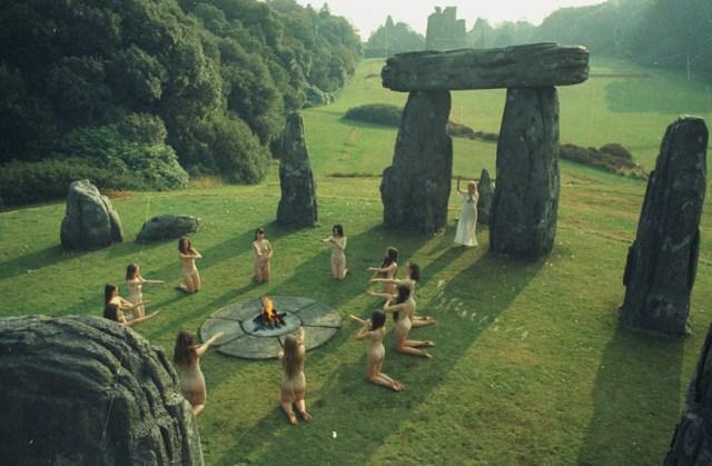 Ritual en el círculo de piedras en Summerisle.