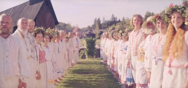 Los aldeanos preparados para celebrar el Midsommar