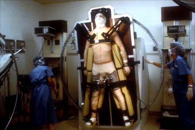 El Dr Peyton (Liam Neeson) en el hospital