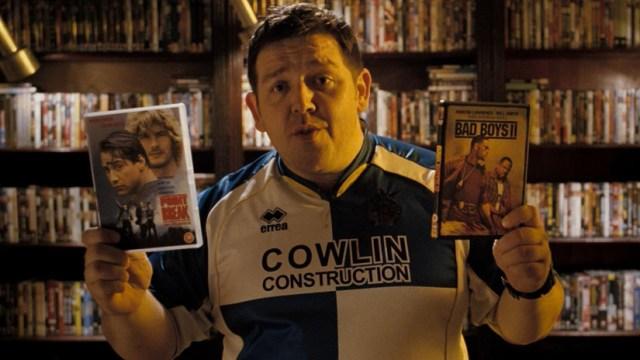 Nick Frost con las películas Bad Boys 2 y Le llaman Bodhi en una escena de 'Hot Fuzz'