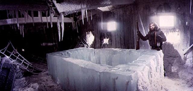 La Cosa. Kurt Russell con el bloque de hielo.