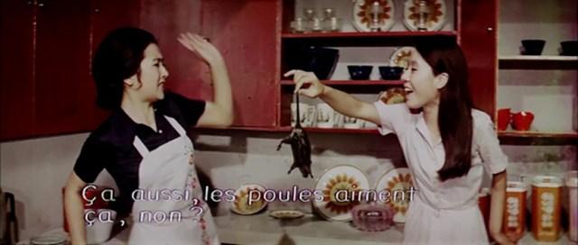 Woman of Fire (1971). La criada, Youn Yuh-jung, atrapa una rata para la señora de la casa, Jeon Gye-hyeon