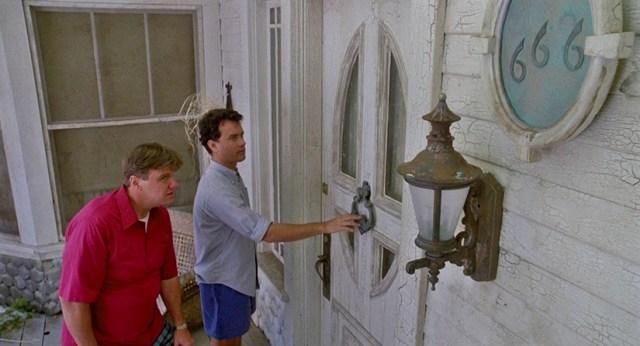 No matarás... al vecino. Entrada a la casa de los Klopek, con el número 666