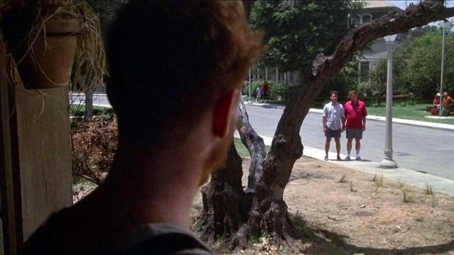 No matarás... al vecino. Tom Hanks y Rick Ducommun saludando a su Courtney Gains.