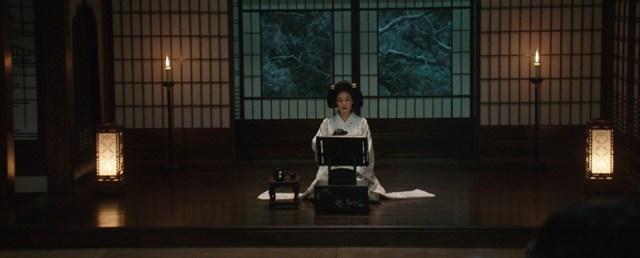 Kim Min-hee leyendo cuentos eróticos en 'La Doncella'
