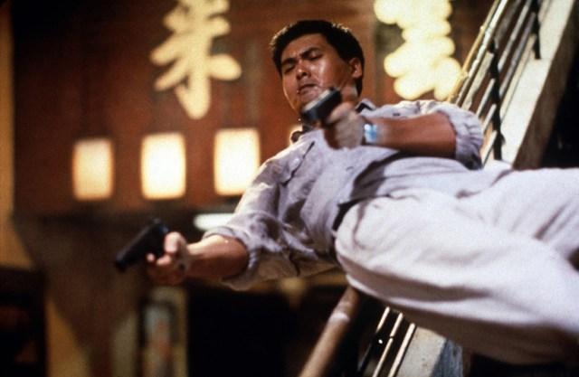Hard Boiled. Chow Yun-Fat deslizándose por las escaleras y disparando.