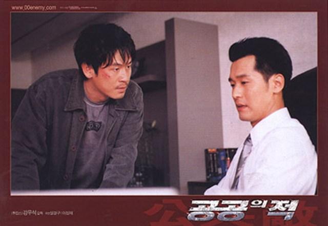 Lee Sung-jae y Sul Kyung-jul en Public Enemy (2002)