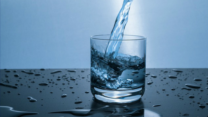 ¿Es peligroso beber demasiada agua?
