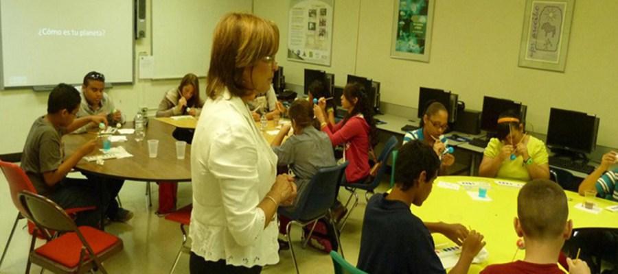 Profesora enseñando a un grupo de estudiantes.