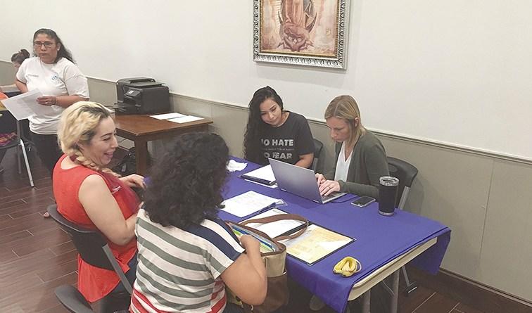 """Familias inmigrantes  reciben ayuda con  """"poder notarial"""""""