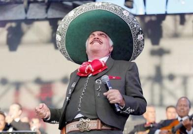 Vicente Fernández vuelve a los escenarios durante un homenaje en México