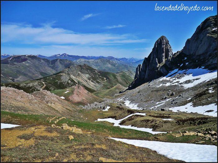 Terreno de ascenso para alcanzar la collada cercana a las cumbres