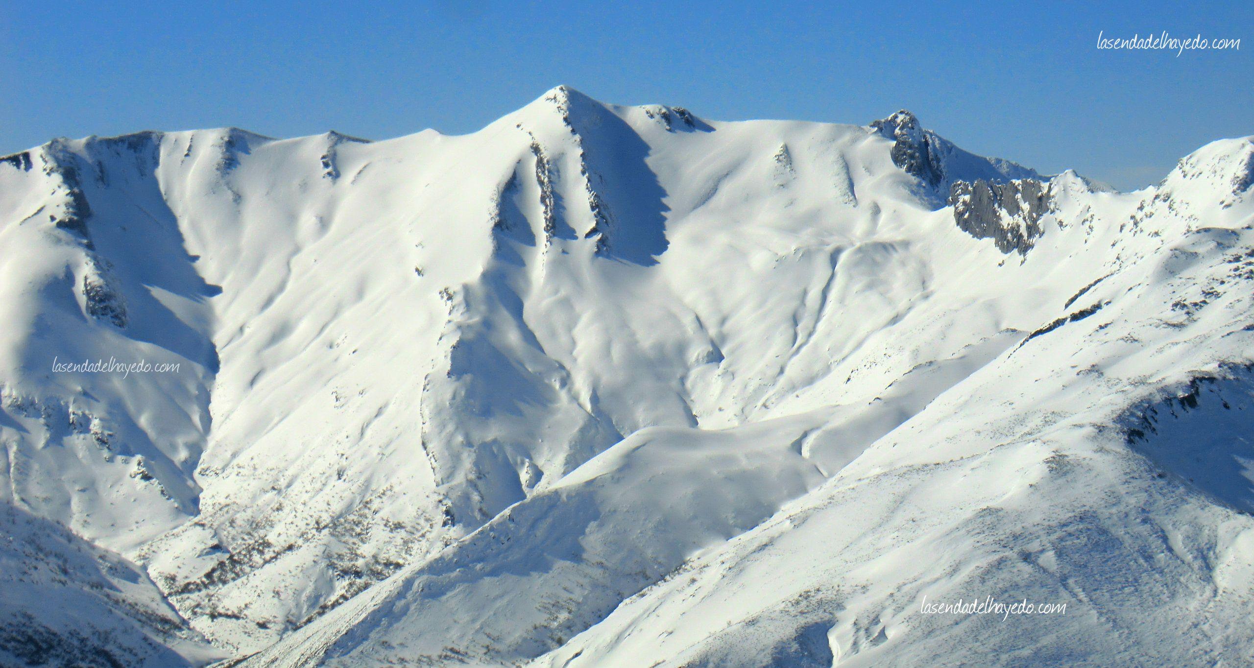 El Pico Huevo, presidiendo el altivo valle de Faro