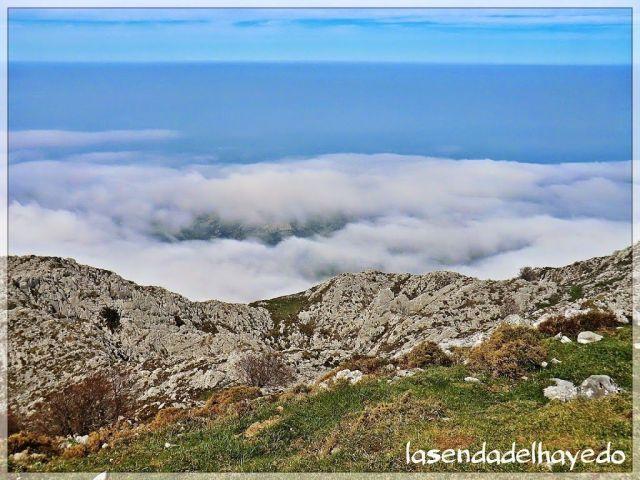 La rasa costera de Llanes bajo la niebla cantábrica