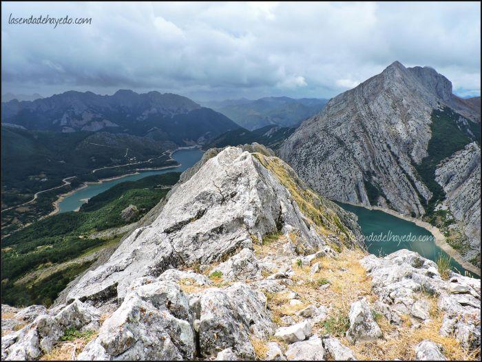 Cresta del Gilbo. Al fondo la Peña Los Caballos de Las Salas.
