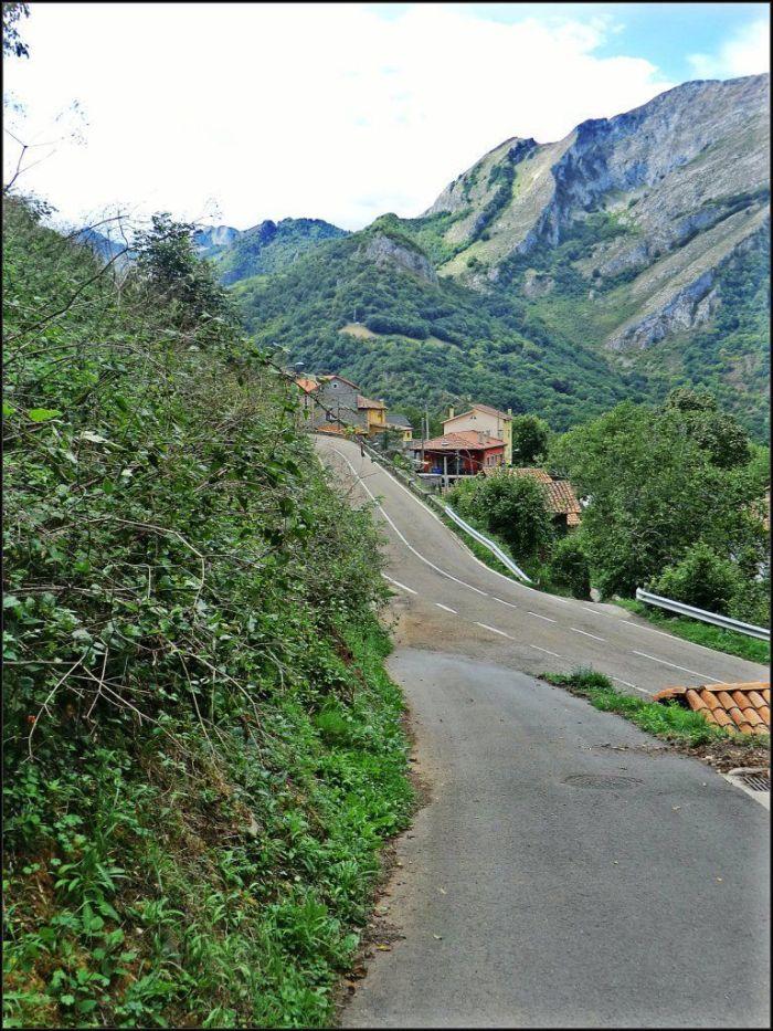 Inicio de la pista que conduce a Soto y a Vegabaño a la salida de Oseja dirección Asturias